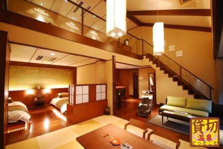 別邸 音信 Dタイプ客室~室内バルコニーには46インチのホームシアターを備える。